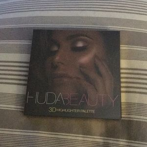 Brand New 3D Highlighter Palette (Huda)